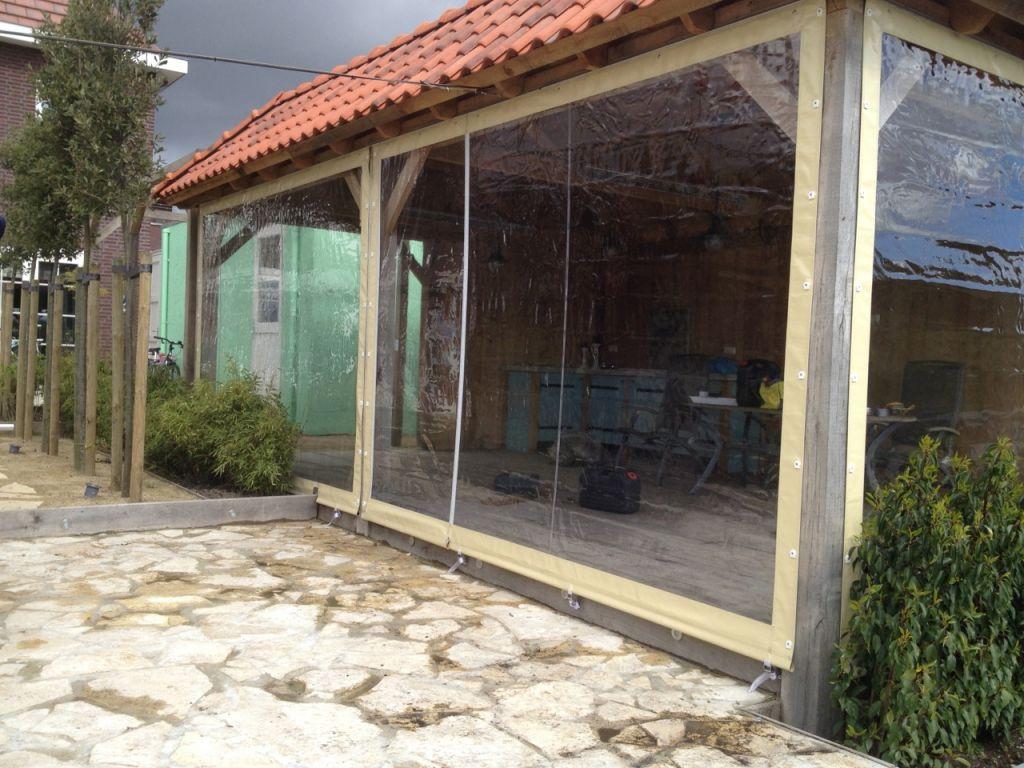 Verandazeilen geplaatst bij een houten overkapping