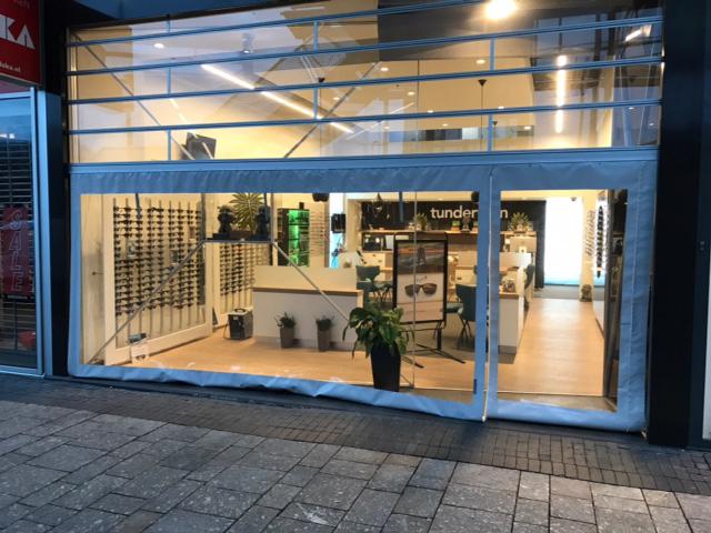 Verandazeilen-geplaatst-tegen-de-toch-in-een-winkelcentrum