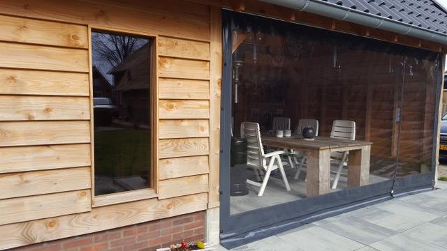 Verandazeilen--Raamzeilen-geplaatst-bij-houten-overkapping--schuur